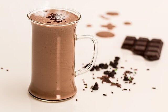 مقایسه کافی گز با کافی میکس در کنار شکلات