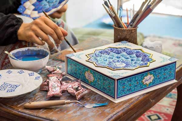 هنر میناکاری بر جعبه گز مظفری اصفهان