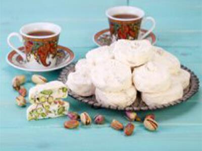 بشقاب حاوی خرید گز اصفهان در کنار چایی