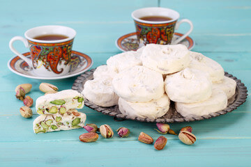 گز اصفهان در کنار چایی