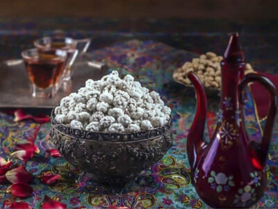 خرید گز و ظرف حاوی نقل اصفهان در کنار چایی